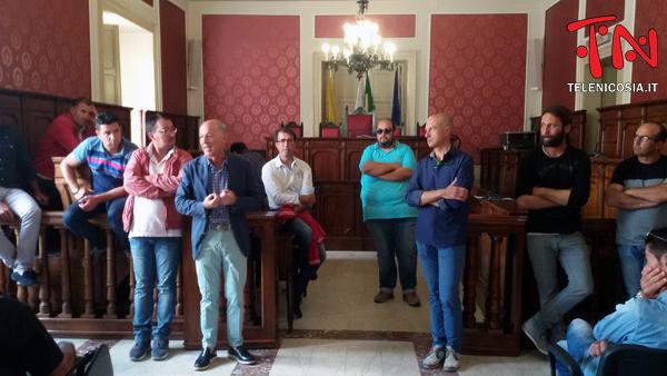 Nicosia, allevatori in presidio permanente in aula consiliare certificano il disagio e la crisi del settore agro-zootecnico – VIDEO
